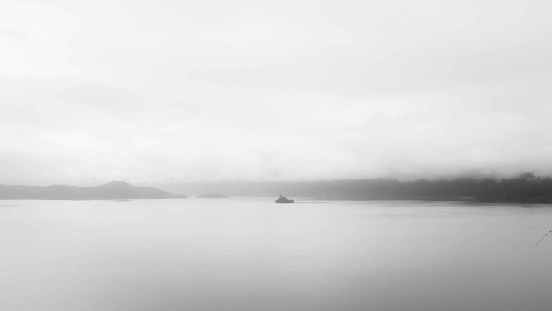 Im Nebel sieht man die Grundzüge der Insel