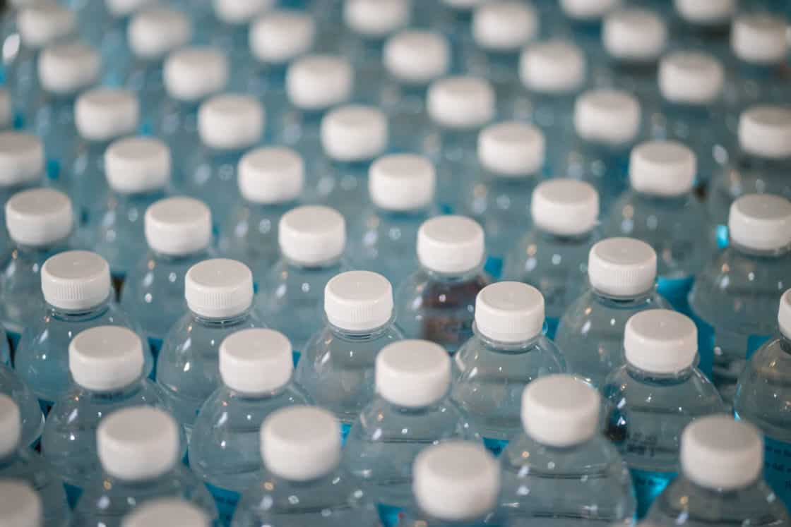 Plastik Flaschen hintereinander aufgereit