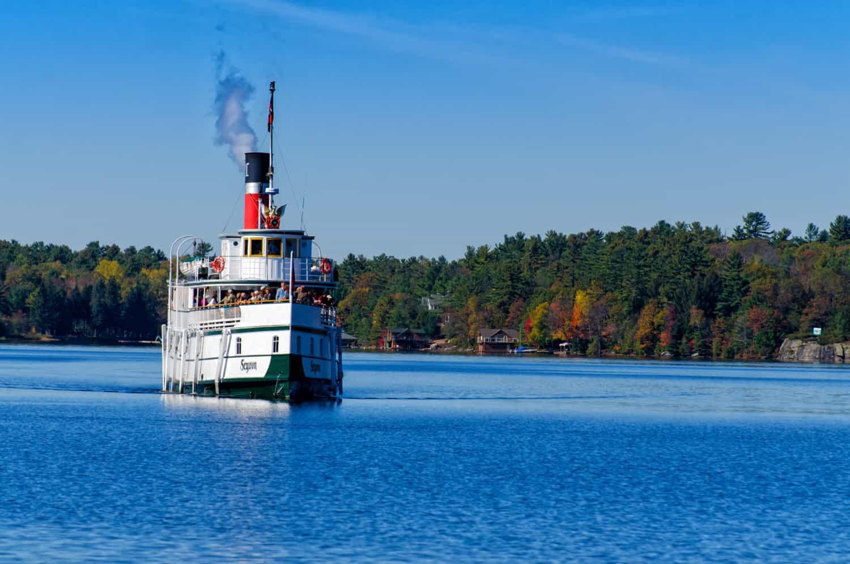 Historic Segwun steamship, das älteste dampfbetriebene Fahrzeug im Betrieb in Nordamerika, mit Touristen an Bord auf Lake Muskoka auf einer herbstlichen Kreutzfahrt in GRAVENHURST, ONTARIO