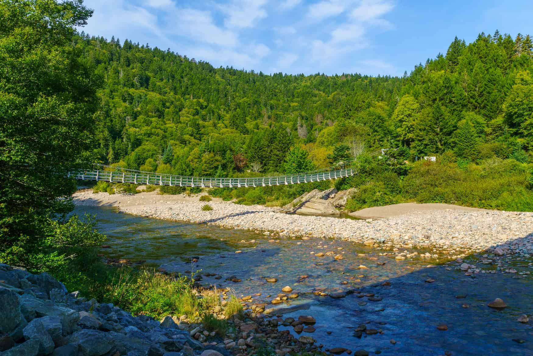 Blick auf die Hängebrücke des Big Salmon River, im Fundy Trail Parkway Park, New Brunswick, Kanada