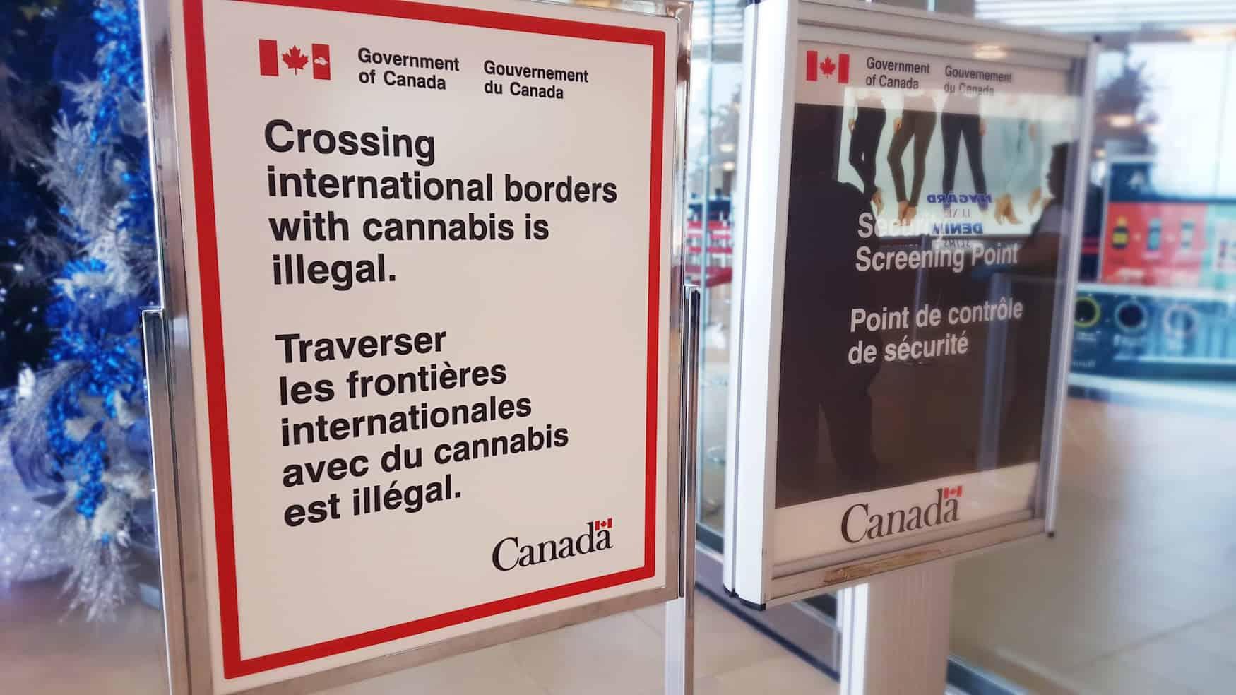 """""""Das Überschreiten der internationalen Grenzen mit Cannabis ist illegal."""" Schild im Flughafen Winnipeg, Kanada."""
