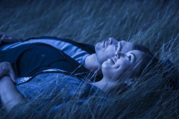 Paar beobachtet den Nachthimmel im Grasslands National Park