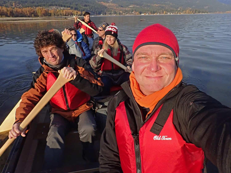 Gruppe in einem Kanu auf dem Weg zum Lachse beobachten in BC, Kanada.